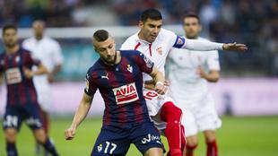 Juncà (23), junto a José Antonio Reyes en un partido entre el Eibar...