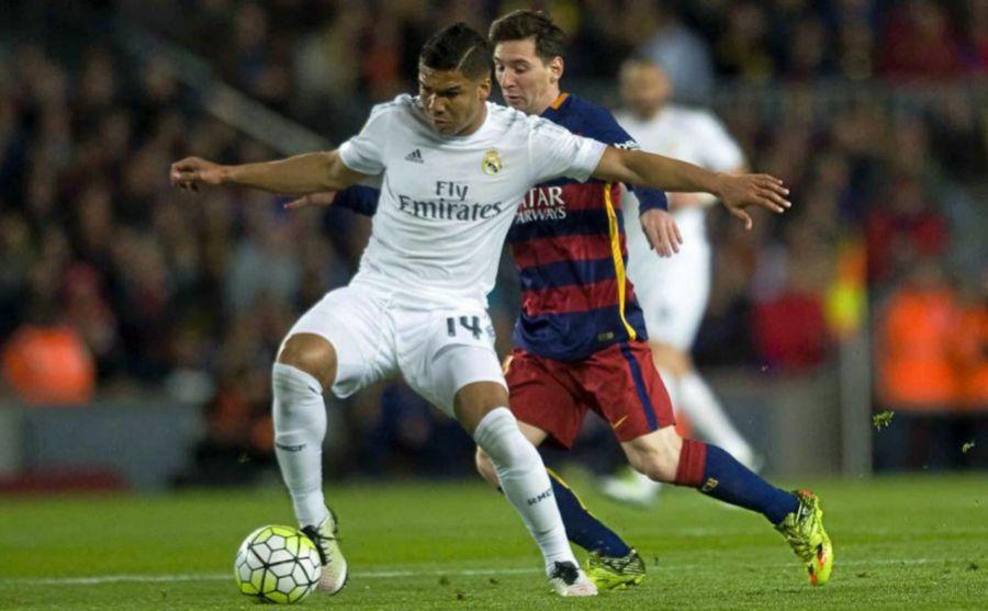 Casemiro (izquierda) protege el balón ante Leo Messi (derecha)