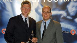 Effenberg (49) sostiene el premio al mejor jugador de Europa en 2001....