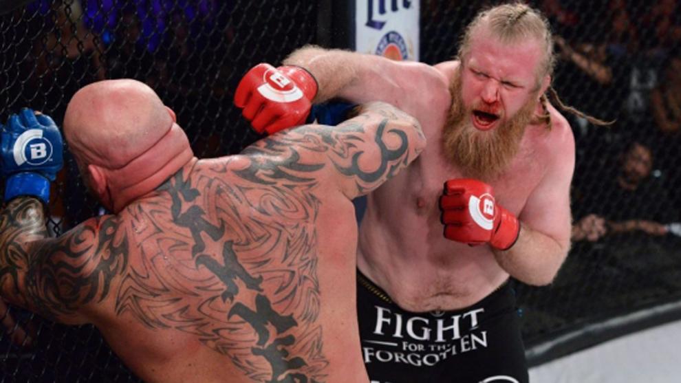 El misionero Justin Wren peleando para Bellator como 'El Gran Pigmeo'