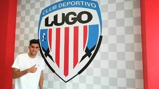 Kike Pérez Muñoz posa delante del escudo de su nuevo club