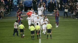 El Barcelona le hace el pasillo al Real Madrid, campe�n de Liga, en...