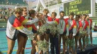 Los jugadores españoles, tras recibir la medalla de plata.