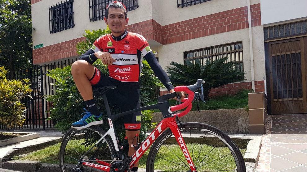 Alex Cano mostrando la bicicleta con la que está compitiendo en la...