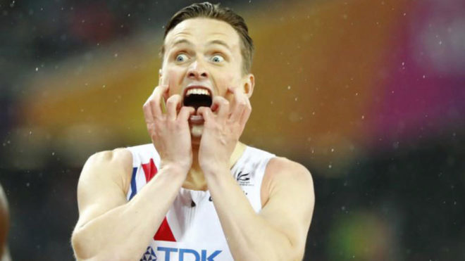 Karsten Warholm celebra su medalla de oro.