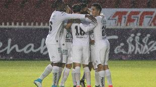 León festeja el primer gol.