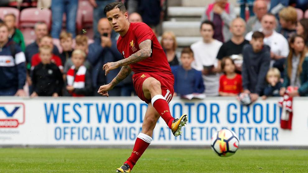 Coutinho (25) patea el balón durante un partido del Liverpool