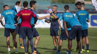 Fran Escribá da instrucciones a sus futbolistas en un entrenamiento.