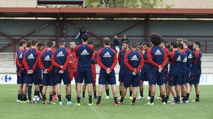Los jugadores de Osasuna escuchan la charla técnica durante un...