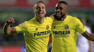 Roberto Soldado y Bakambu celebran un gol del Villarreal.