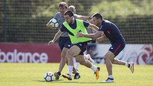 Beñat se lleva un balón ante la presión de Aduriz en un...