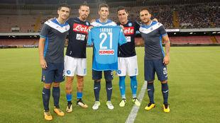 Callejón y Hamsik entregan una camiseta del Nápoles con el 21 de...