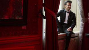 Dani Pedrosa, vestido a lo James Bond.