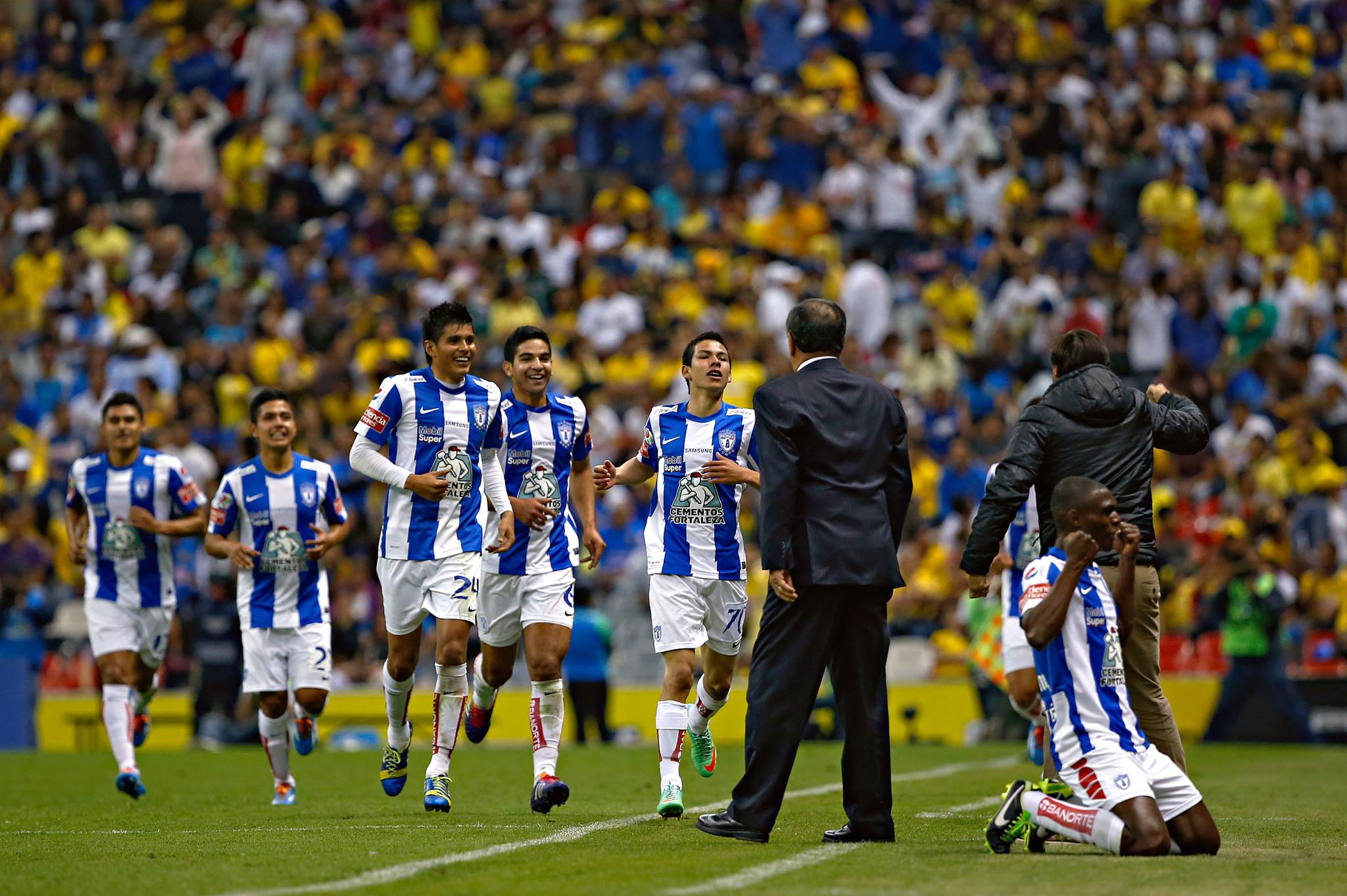 Así celebró Hirving Lozano su gol al América en su debut con...