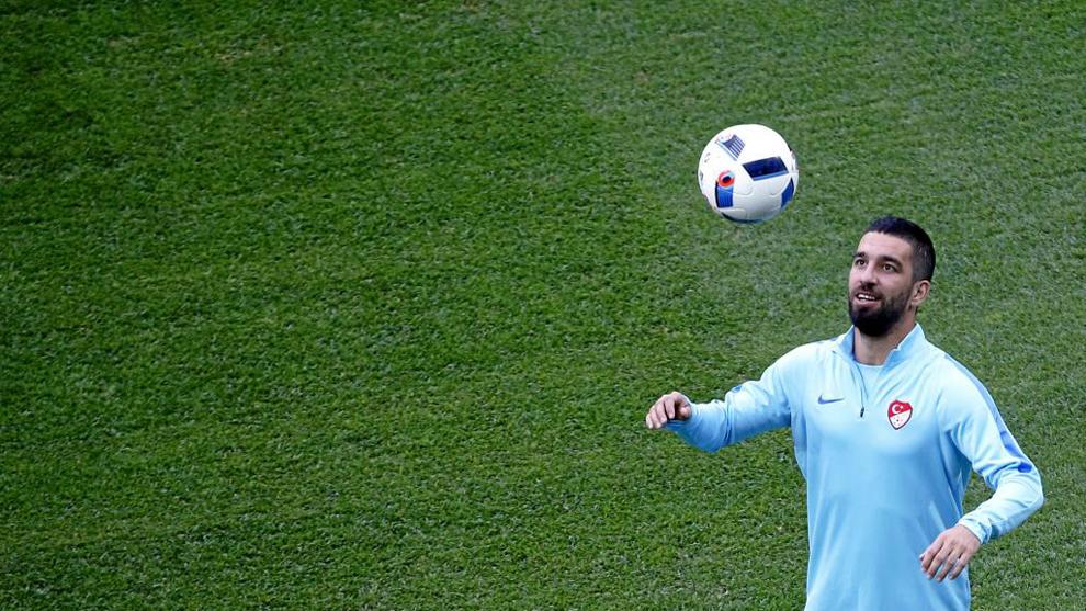 Turan (30), durante un entrenamiento de la selección de Turquía en...
