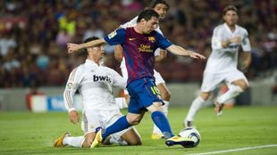 Messi controlando un balón frente a Cristiano Ronaldo