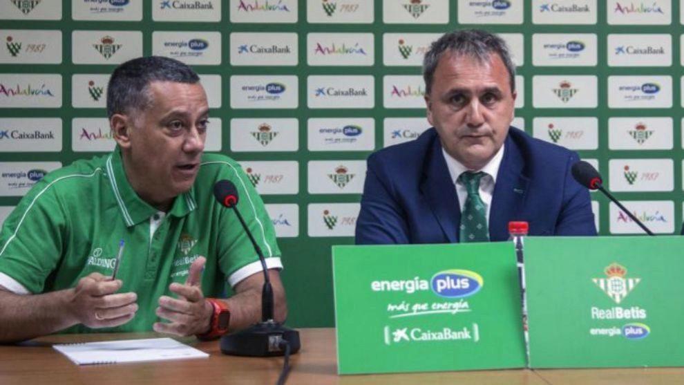 El entrenador del Real Betis Energía Plus, Alejandro Martínez, y el...