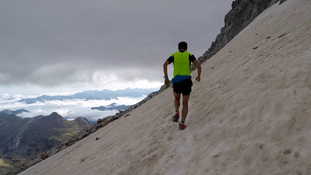 Pinsach avanzando con crampones por el hielo del glaciar del Aneto