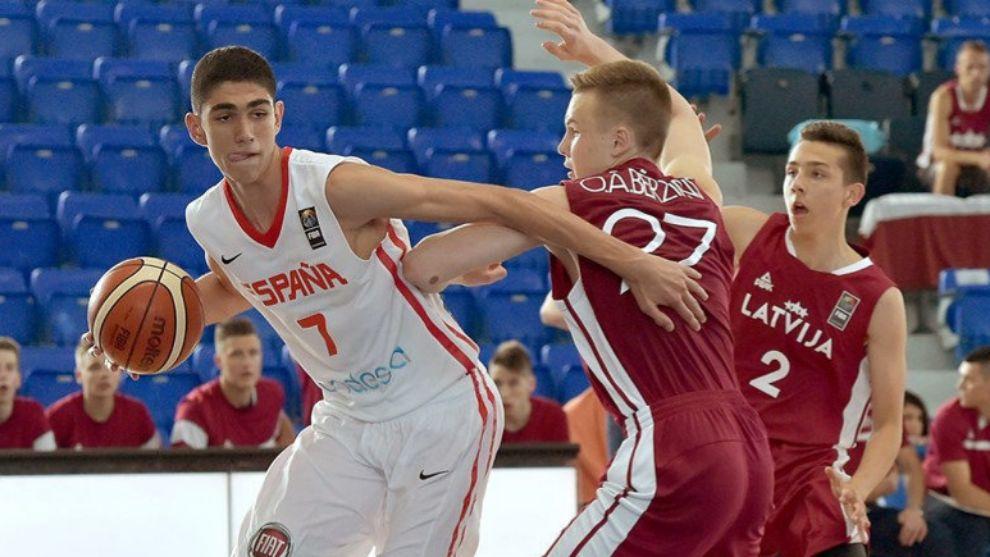 Aldama trata de superar la defensa de un jugador de Letonia.