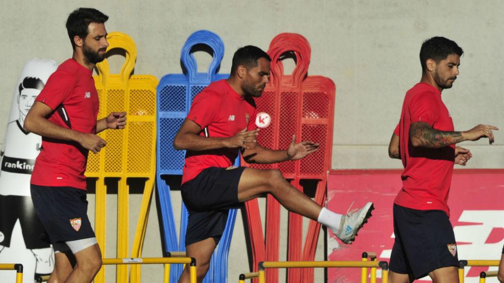 Pareja, Mercado y Banega, en un entrenamiento del Sevilla.