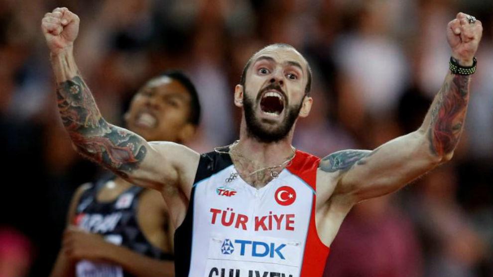 Ramil Guliyev cruza la meta de la final de los 200 metros.