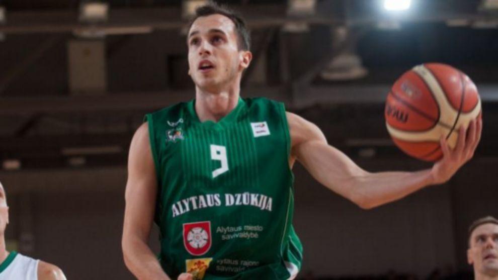 Álex Hernández, en un partido con el Dzukija Alytus.