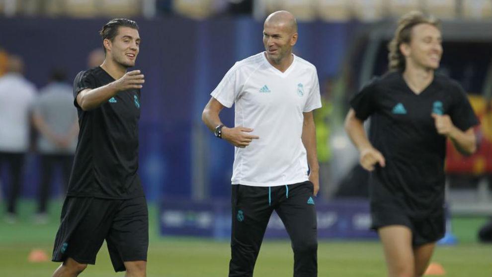 Kovacic y Zidane charlan durante la previa de la Supercopa de Europa