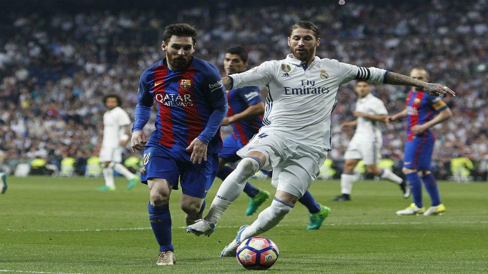 Messi y Ramos pelean por un balón.