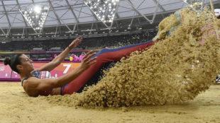 La serbia Spanovic cae en el foso tras un salto.