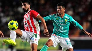Maximiliano Barreiro y Leonel López durante el partido del Clausura...