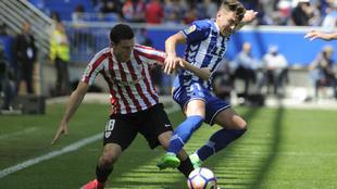 De Marcos (28) e Ibai Gómez (27) pelean por un balón durante el...