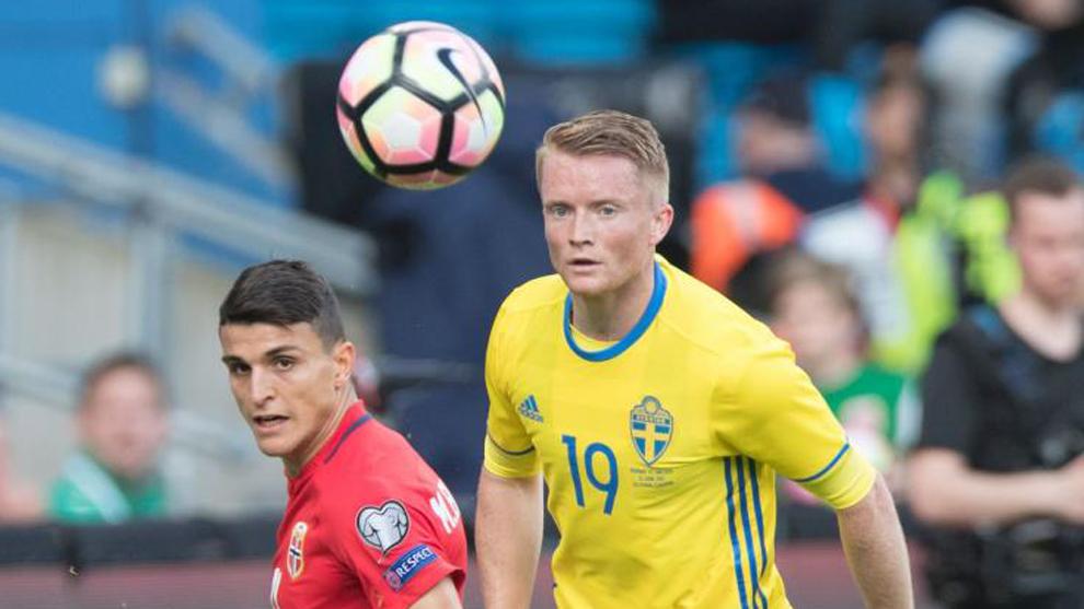 Larsson (derecha), en un partido con la selección de Suecia