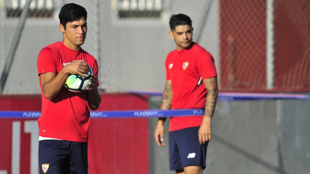 Borja Lasso (23), junto a Ever Banega (29) en un entrenamiento del...