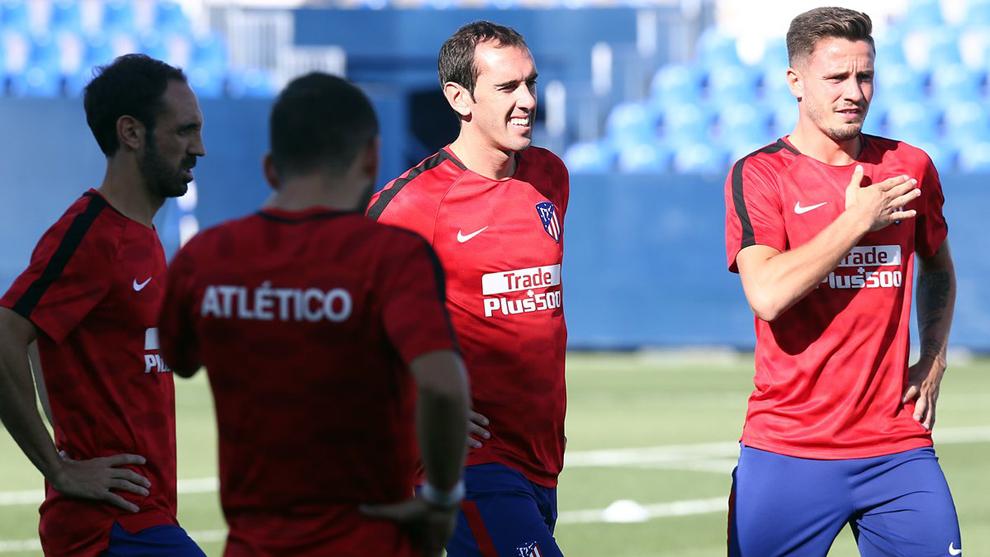 Saúl (22), junto a Juanfran y Godín en el entrenamiento previo al...