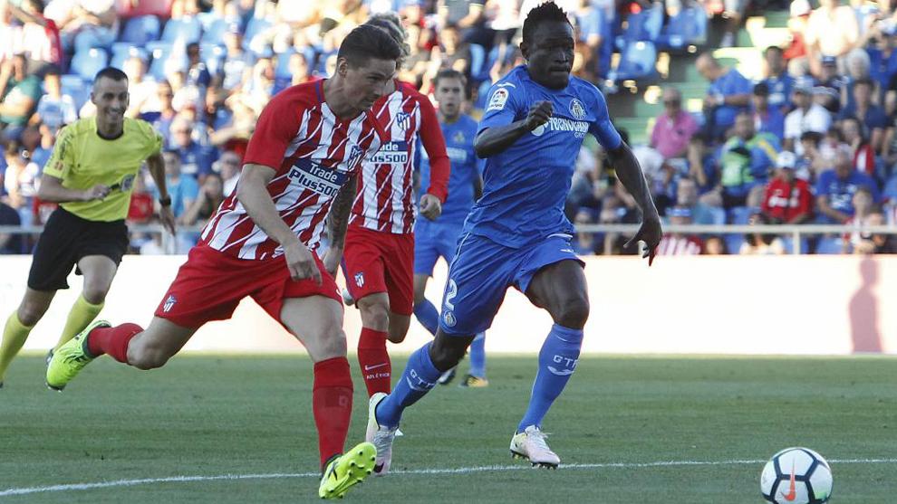 Djené (25), en una acción del partido con Fernando Torres