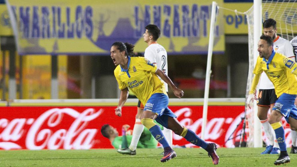 Lemos (21) festeja un gol anotado en el partido entre Las Palmas y el...