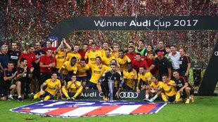 Los jugadores del Atl�tico celebran la Audi Cup ganada en Munich.
