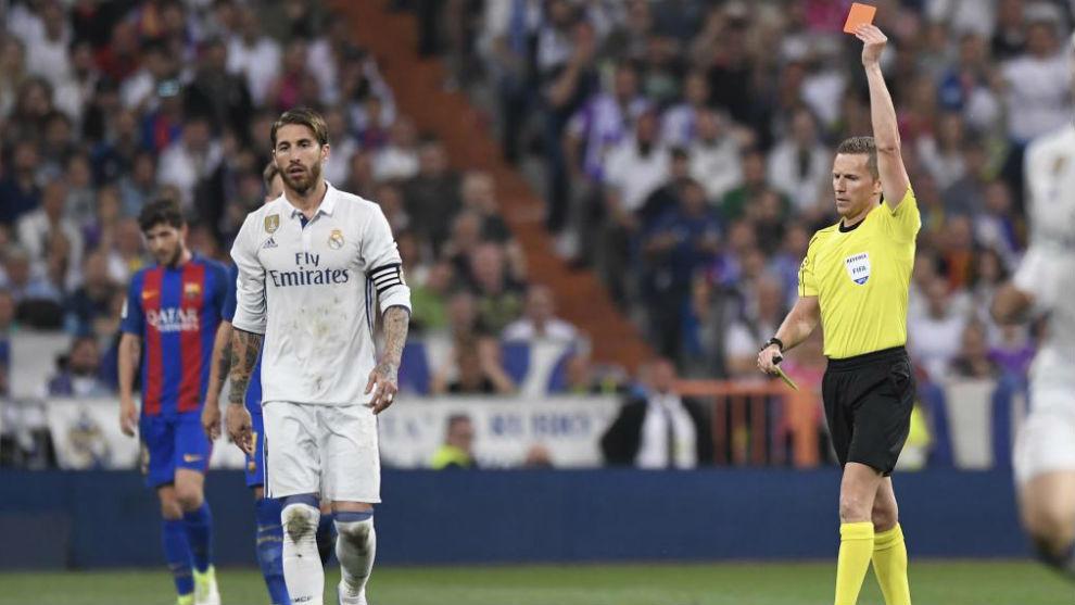 Ramos ve la roja en el partido de Liga del Bernabéu el curso pasado...
