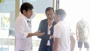 Anil Murthy, Alemany y Marcelino, charlando.