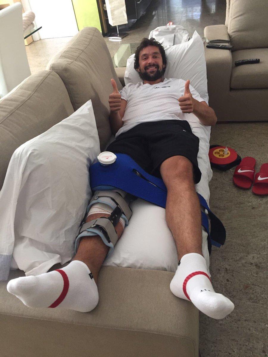 Sergio Llull, tumbado en un sofá de su casa tras ser operado ayer.
