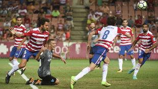 Los jugadores del Granada durante un partido de pretemporada.