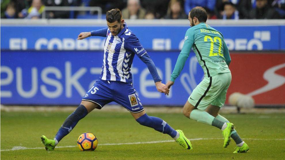 Theo, con la camiseta del Alavés, controla ante Aleix Vidal