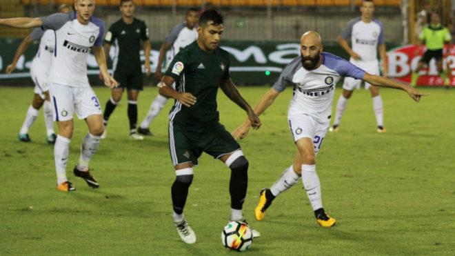 Nahuel conduce un balón ante Borja Valero