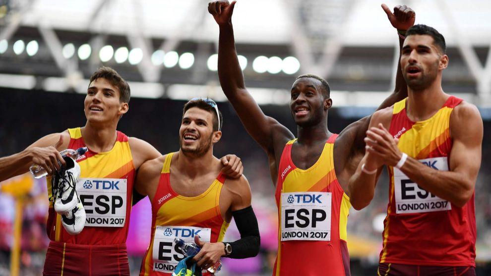 Los atletas del relevo español celebran la clasificación