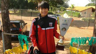 Wu Linfeng posa con un trofeo