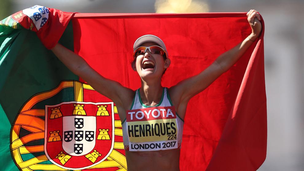 Henriques celebra el triunfo con la bandera de Portugal