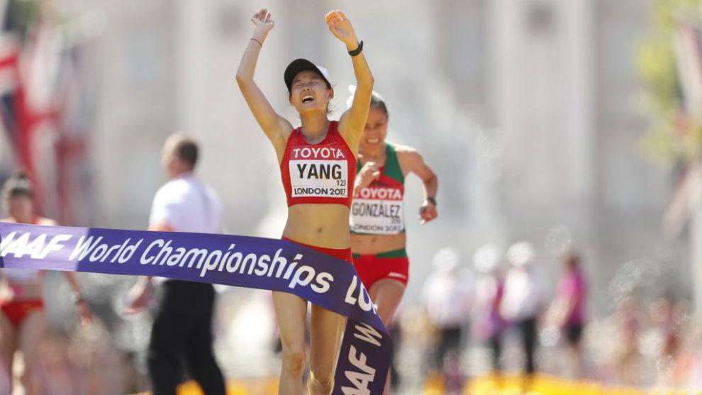 Jiayu Yang cruzando la meta por delante de Lupita González.