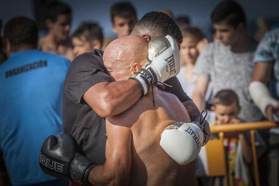 Jonathan Alonso se abraza con 'Dacal II'.