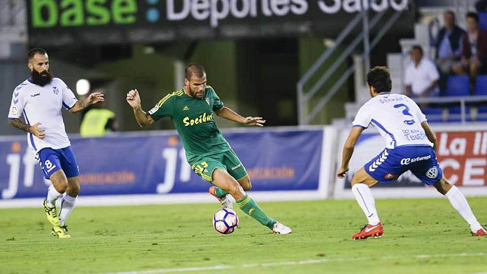 Ortuño controla el balón en el partido del Cádiz el año pasado en...