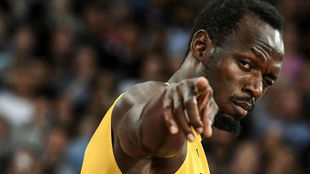 Usain Bolt realiza un gesto a cámara antes de la final de 4x100.